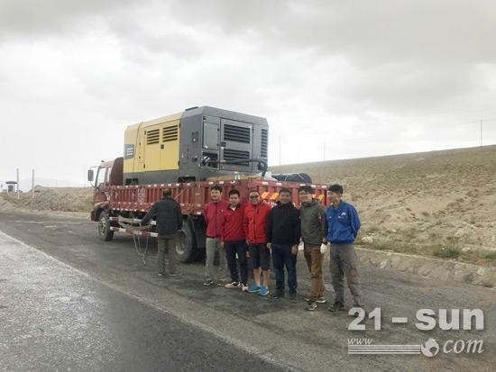 海拔4000米处,乌云密布,突降冰雹