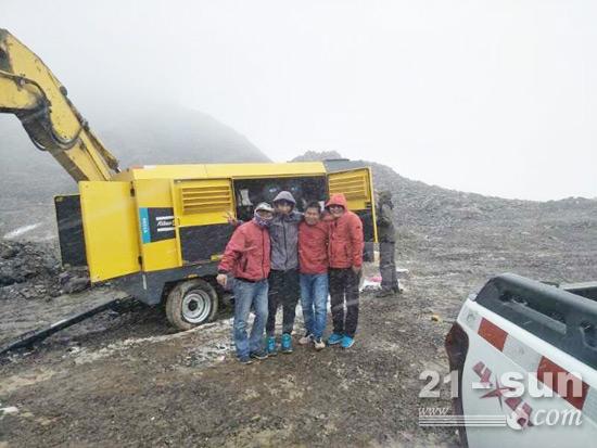 海拔5000米处,天寒地冻,雪花飘飞