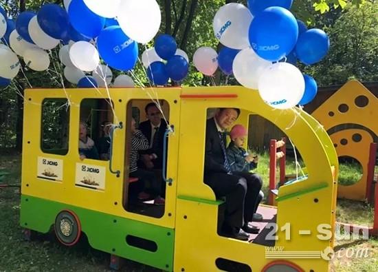 徐工集团工作人员陪伴俄罗斯当地儿童玩耍