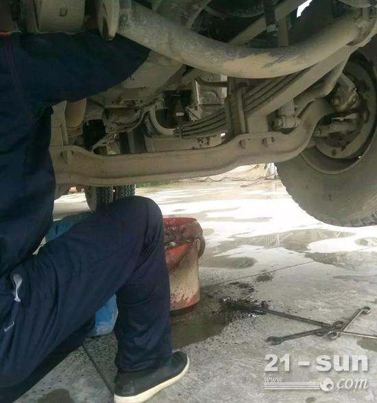 服务工程师毫不犹豫的钻进车盘底下维修