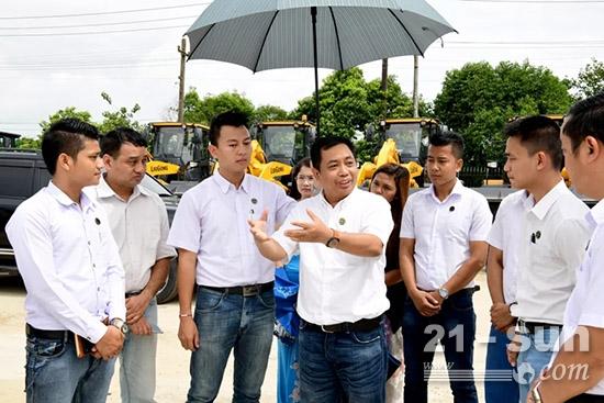 缅甸经销商在指导员工