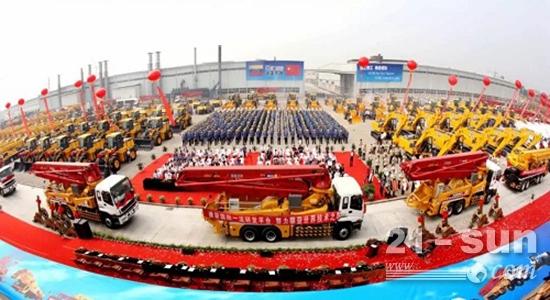 """徐工产品已出口到全球182个国家和地区,图为""""行业第一大单""""徐工出口产品发车仪式"""
