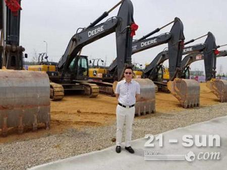 许志明和他的约翰迪尔挖掘机