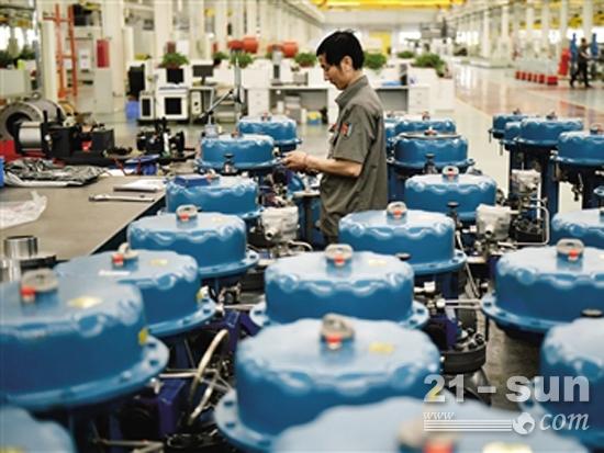 在吴忠仪表有限责任公司自动化产业园,工作人员在装配控制阀(王鹏 摄)