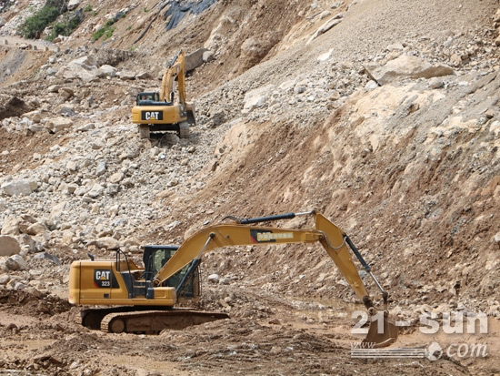 两台正在施工的卡特彼勒挖掘机