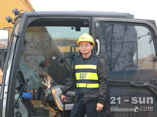 在周小明看来,挖掘机是他的致富工具,一定要维护好