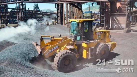 钢厂铲运矿石