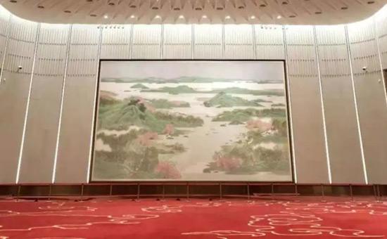 迎宾大厅的江南水乡主题国画《春风又绿江南岸》