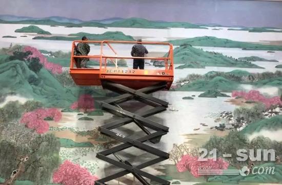 画家们借助剪叉式高空作业平台产品登高作画