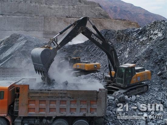 近两年来约翰迪尔中大挖销量猛增。图为约翰迪尔大型挖掘机在乌东德水电站施工