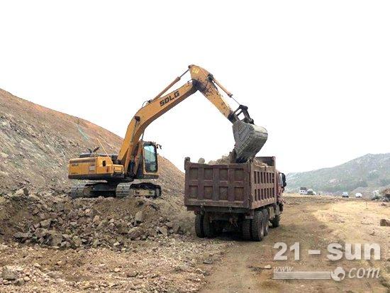 山东临工E6210FHD挖掘机驰骋新台高速!