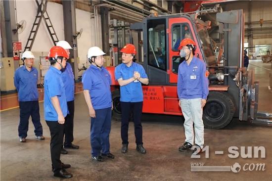 谭旭光看望节日期间奋战高产的一线铸造员工