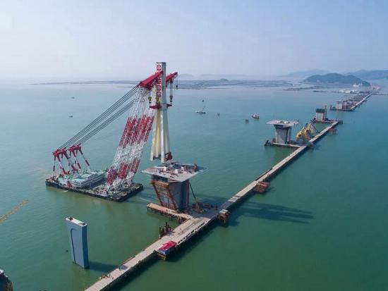 二号站平台测速3600吨浮吊船助阵,金海大桥首座钢主塔成功吊装对接