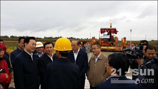交通运输部副部长冯正霖,甘肃省副省长黄强观摩华通滑模式水泥摊铺机施工现场