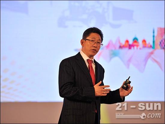 """卡特彼勒(青州)有限公司总经理兼董事长杨锞宝先生发表以""""改变、创新、共赢""""为主题的讲话"""