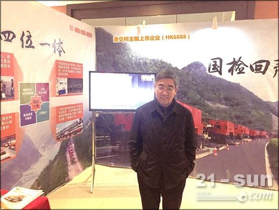 中国工程院院士郑健龙到英达展台交流参观