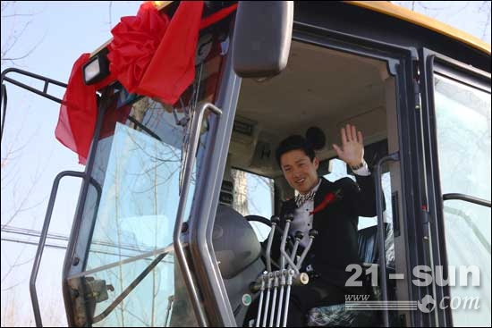"""徐州农村小伙驾6台徐工牌平地机组""""豪华婚车""""迎新娘"""