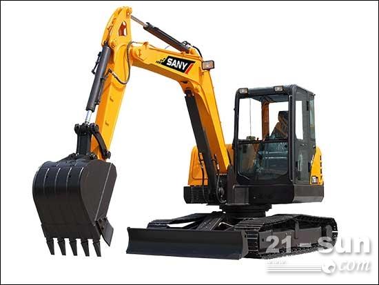 三一SY55-9挖掘机 三一新款SY55C-9小型液压挖掘机大型结构件依靠自主研发手段,采用CAE分析及模拟动态的刚柔耦合分析方法,确保挖机大臂等工作装置能够适应高强度载荷。宽大的回转平台边梁采用D型加强截面,可抵御外部强劲冲击。为提升产品整机性能及工作稳定性,三一SY55C-9小型液压挖掘机充分提高了产品的结构件钢材材质,超强的耐磨进口材质、X型横梁结构箱体、支重轮代替拖链轮、全钢材的覆盖件,更加使得该机型结实耐用。 SY55C-9整机可靠性、舒适性和操作协调性提高的同时,油耗显著降低,在同吨位产品