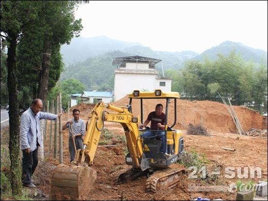 程力强操作YC20-8小挖施工中