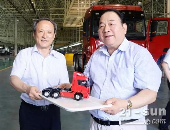王民董事长向马纯济董事长赠送漢風车模