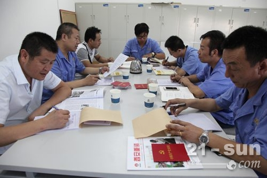 机加工车间组织委员带领党员同志们学习《党章》部分