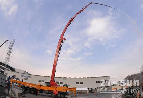 3月26日,中国三一重工股份有限公司工程师在日本千叶县培训场对泵车进行测试