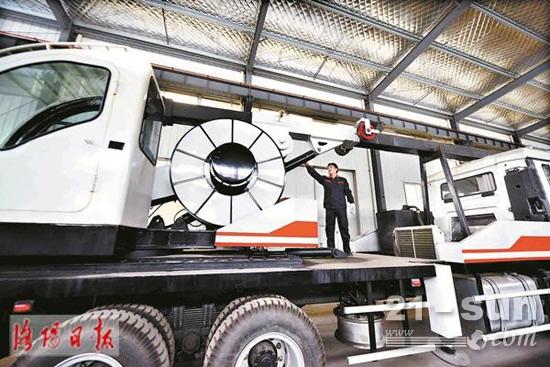 刚下线的新型汽车旋挖钻机正接受出厂验收