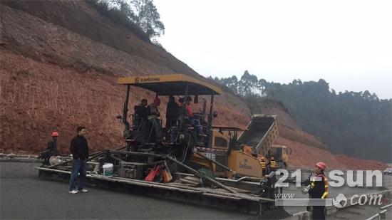 柳工摊铺机和压路机已连续施工4个月