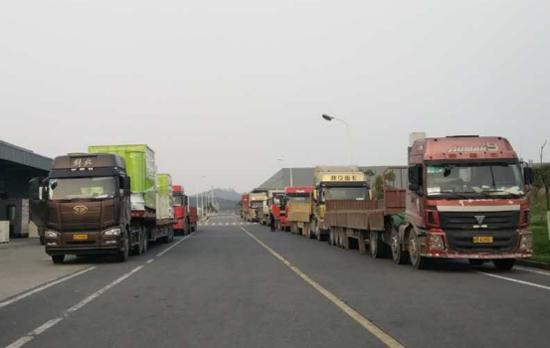 运输车辆排成长龙,等待中联重科烘干机装车发往市场