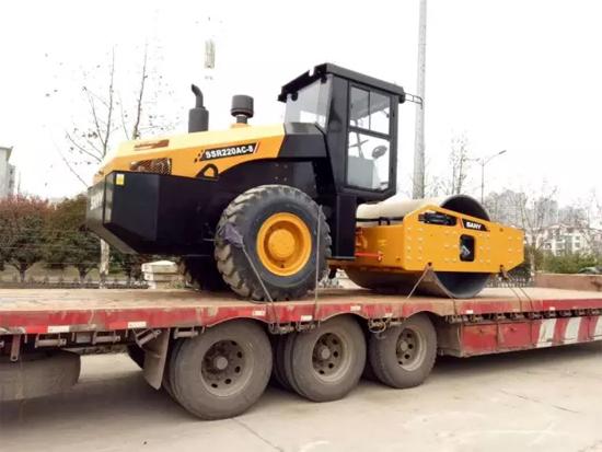 装车等待发货的22吨全液压压路机
