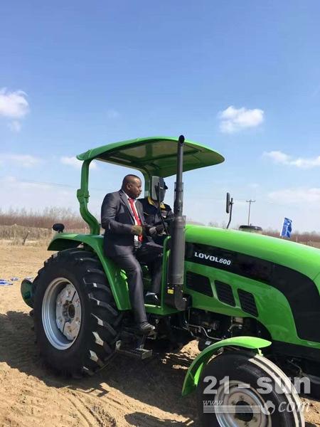 马里农业部官员在试乘试驾雷沃拖拉机
