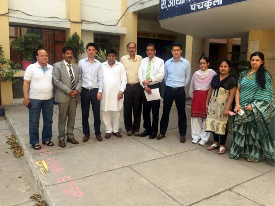 印度政府官员、培训学校校长和中联重科印度子公司负责人合影