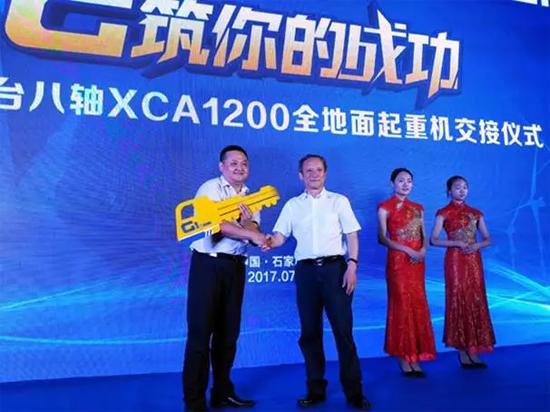 徐工集团董事长、党委书记王民将XCA1200金钥匙交付用户手中
