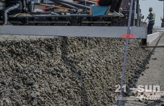 摊铺厚度48.5公分—50公分