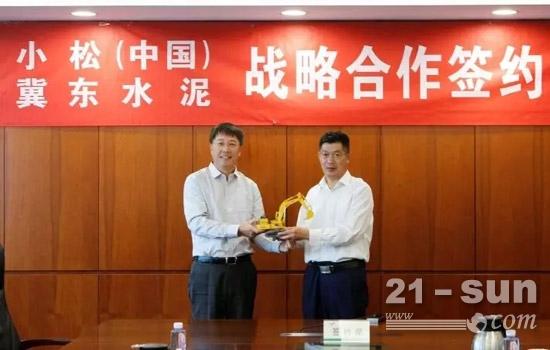 张全旺总经理代表小松(中国)向金隅冀东水泥赠送小松模型
