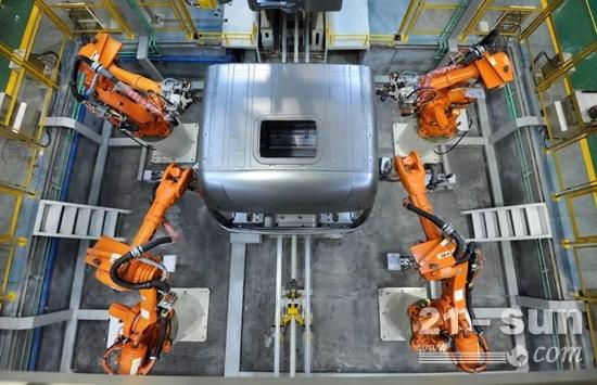 徐工重卡驾驶室智能焊接生产线正在进行焊接