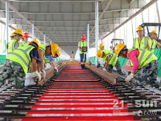 中铁二十五局施工人员进行轨道精调