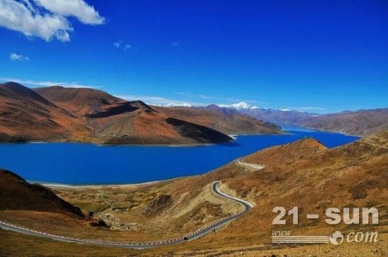 古老的青藏高原,蓝天白云、虔诚与美好笼罩着这片令人神往的圣地