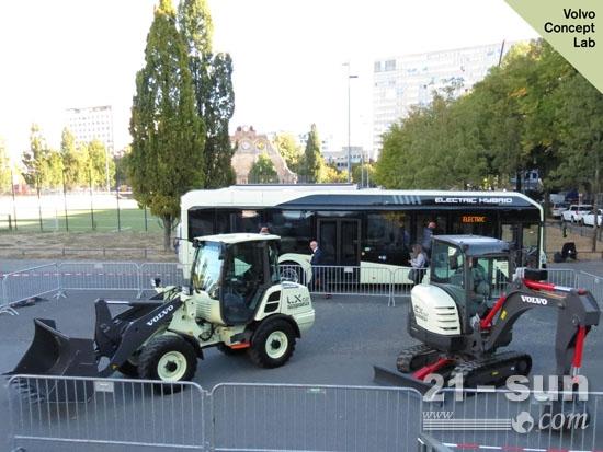 沃尔沃LX2电动小型轮式装载机与EX2全电动小型挖掘机