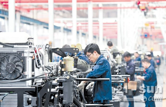 10月1日上午,三一重卡生产车间内,工人们在紧张忙碌(长沙晚报 王志伟 摄)