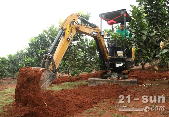 SY16C微挖在柚子园施工