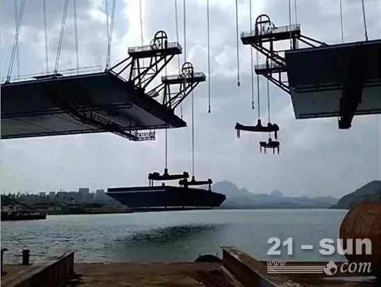 桥面吊机正在对称吊装钢箱梁节段