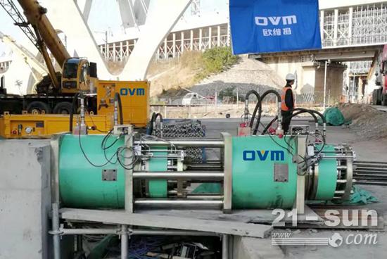 欧维姆成功研发新一代顶推重器——QYD4500S-400顶推千斤顶,于项目现场安装调试