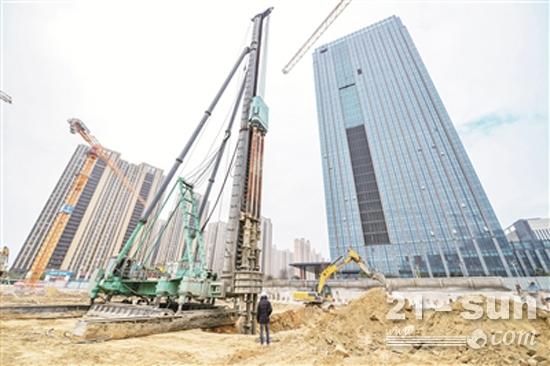 ��~��}4�:�N_重型桩机为平潭施工建设提速 一天打下150根桩基