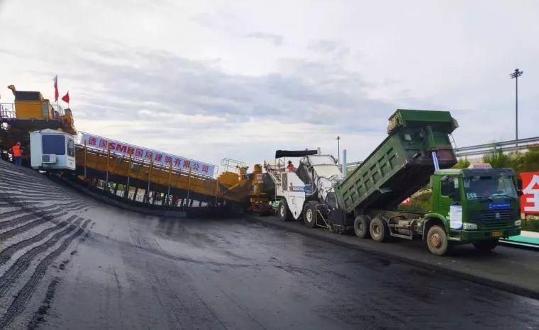 全世界仅有两台的摊铺机!高速环道曲面沥青摊铺施工现场!