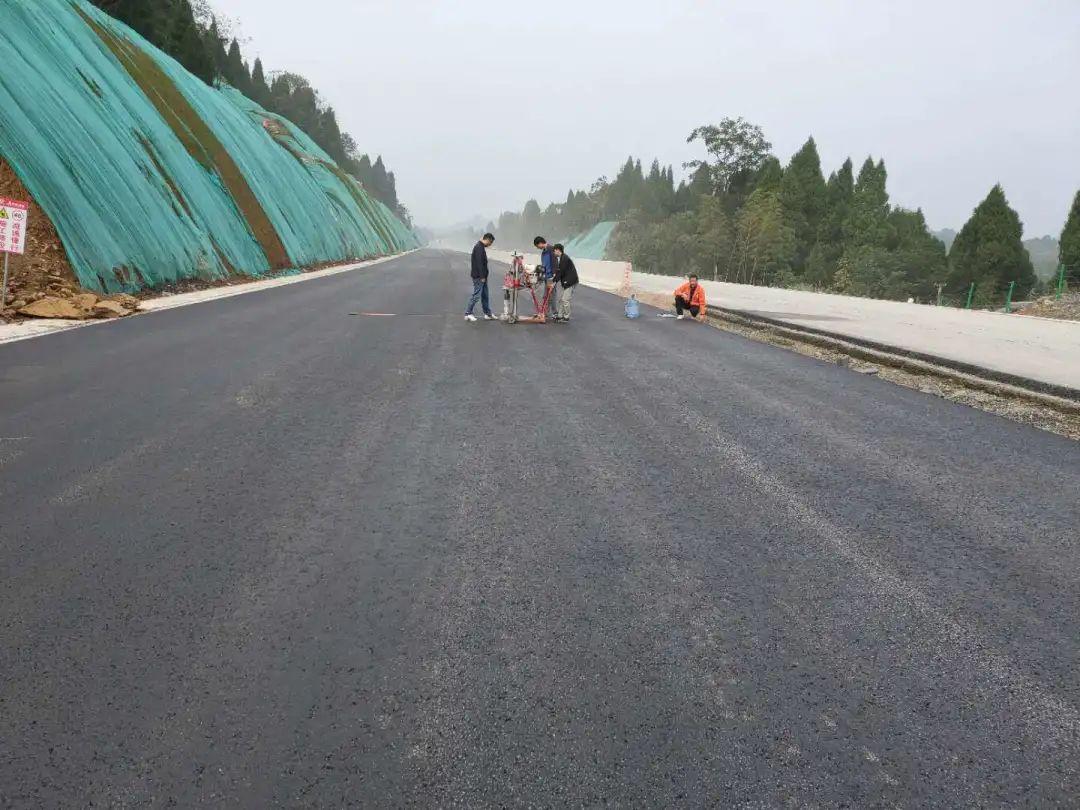 龙琅高速三标顺利完成沥青上面层试验段摊铺