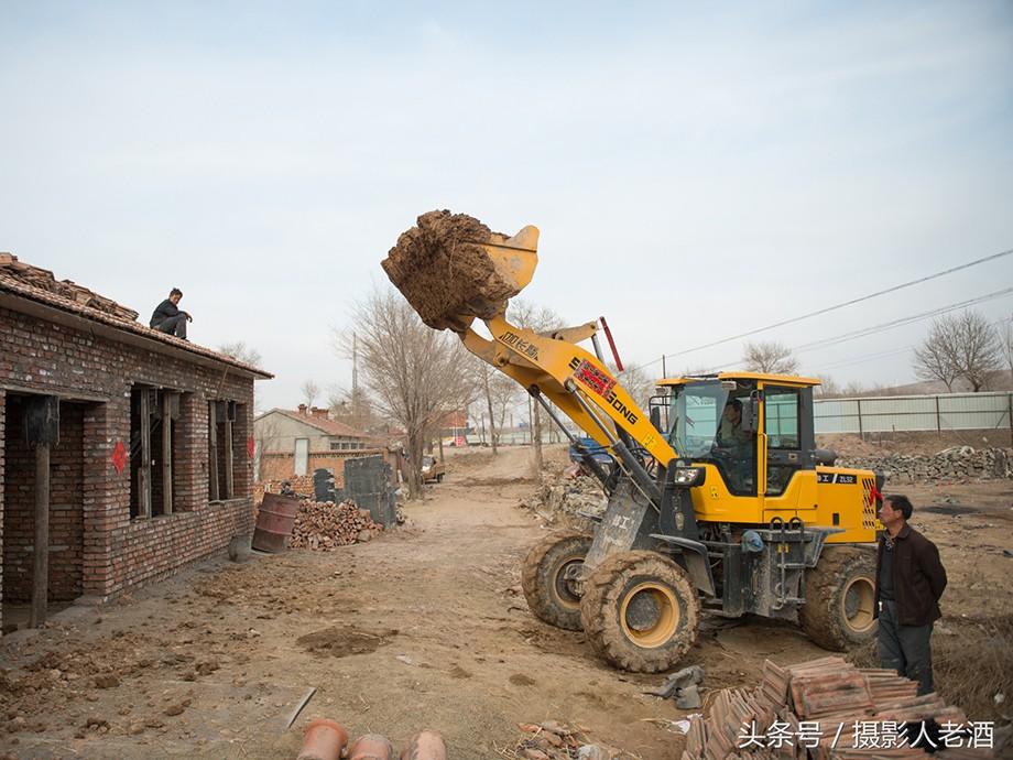 实拍小县城开着铲车盖平房,房顶运材料方便又快捷