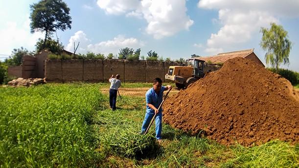 实拍西北农村盖新房挖地基 现在都使用装载机了 速度快还结实