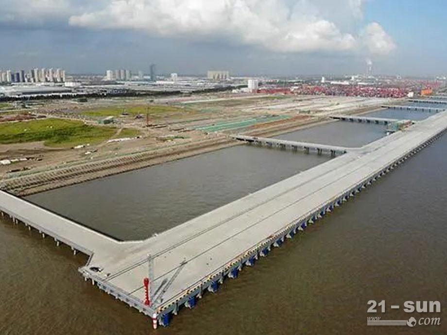 振華重工首批岸橋抵達太倉四期碼頭