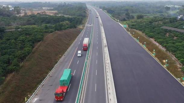 沈海高速阳茂段改扩建工程TJ2标段采用大厚度、大宽度摊铺机一次性铺设工艺